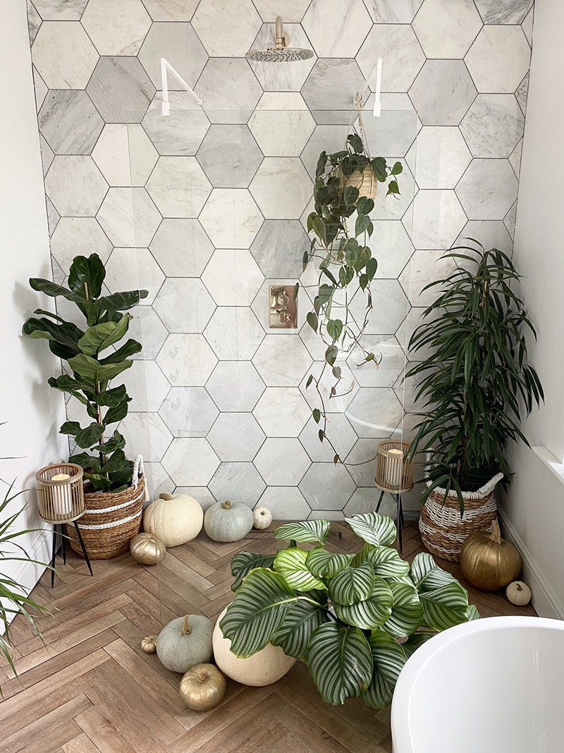 Tropical wet room by @onewomanonehouse on Instagram