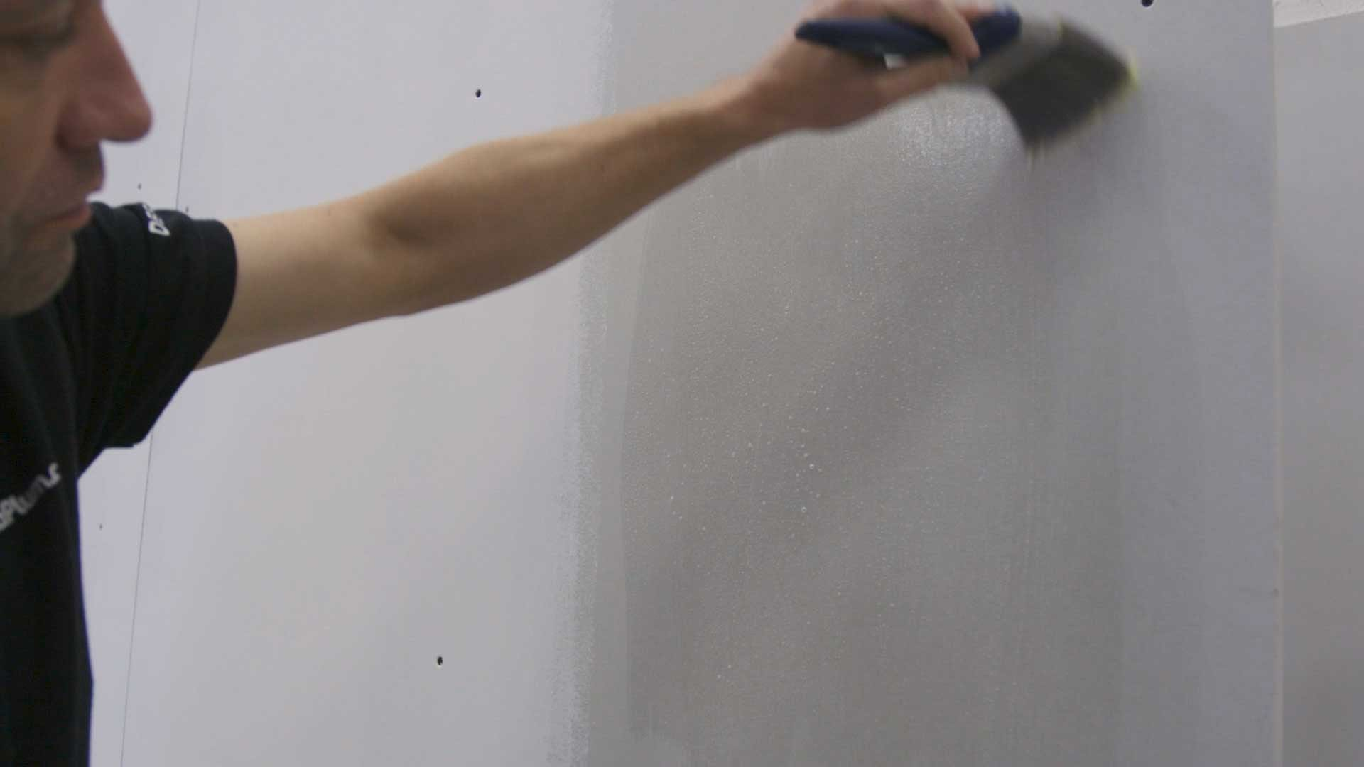 Applying the mixture to plasterboard