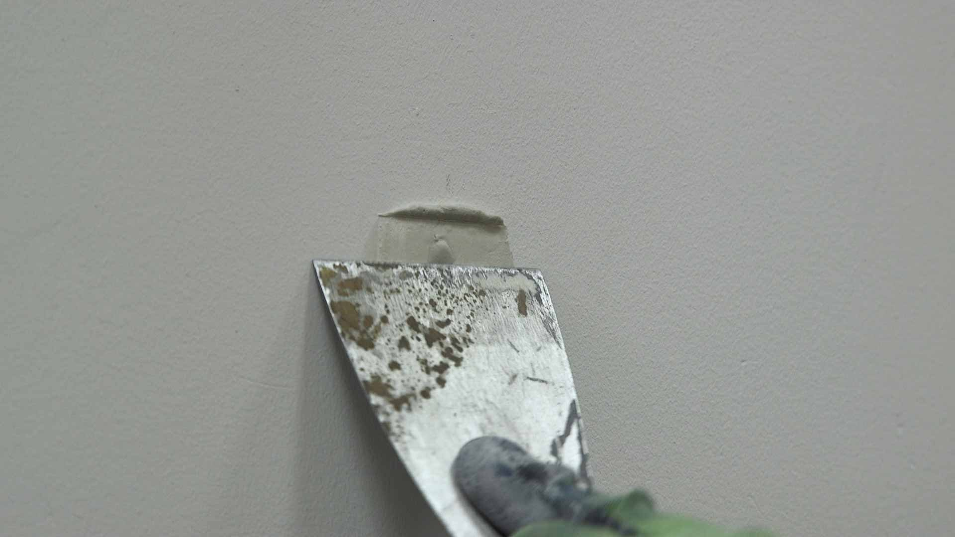 Applying filler to the crack or hole